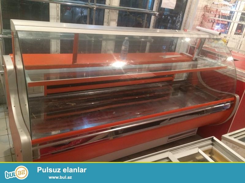 20 metr uzunlugu olan market ucun demir vitrin satilir. Elave olaraq 2 metr uzunlugu olan soyuducu satilir...