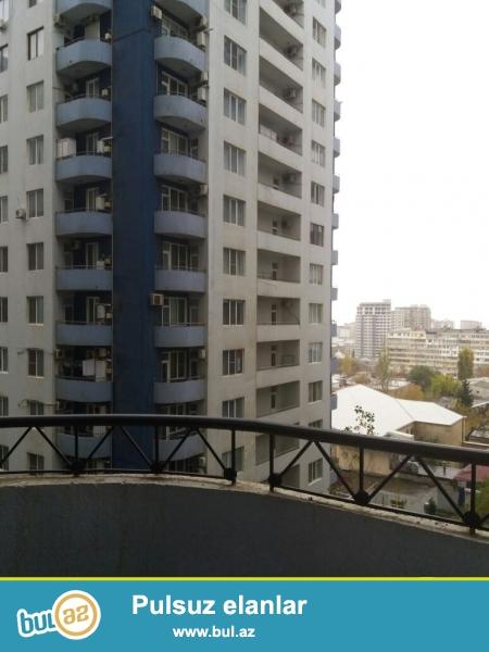 Новостройка! Со всей мебелью, кроме гостиной! Продается  2-х комнатная квартира в центре города, в Ясамальском районе, по улице Нахчивани ( 6 параллельная), рядом с ЦСУ ...
