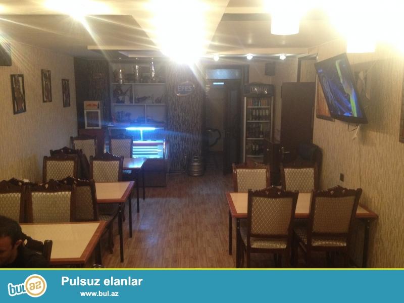 Nesimi rayonu,Drujba kinoteatrı yaxınlığında 5 mertebeli binanın zirzemisinde supertemirli 90 kv metrden ibaret olan Pub-Kafe bütün avadanlıqları ile birlikde 1200 azn kiraye verilir...