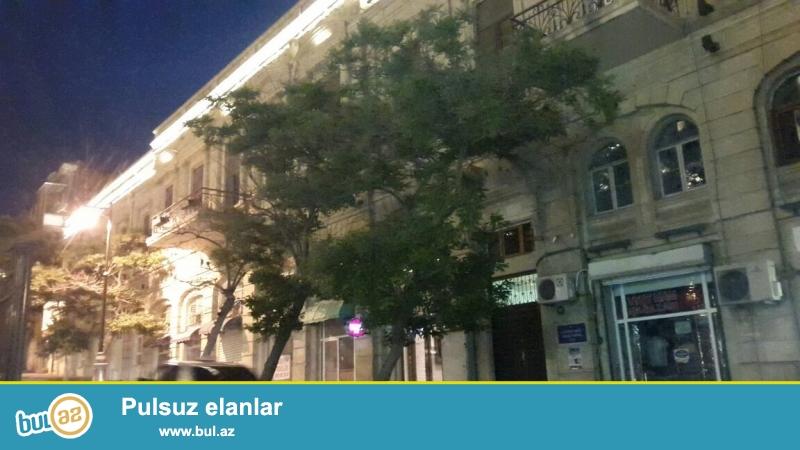 Продается 3-х комнатная квартира в центре города, в Сабаильском районе, по улице Низами, рядом с ЦУМ-ом ...