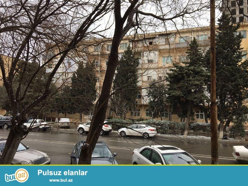 Nəsimi rayonu, Moskva univermağının ,Favorit marketin yanı,Memar Əcəmi metrosunun yaxınlığı, 5 mərtəbəli binanın 2-ci mərtəbəsində, 2 otaqlı mənzil satılır...