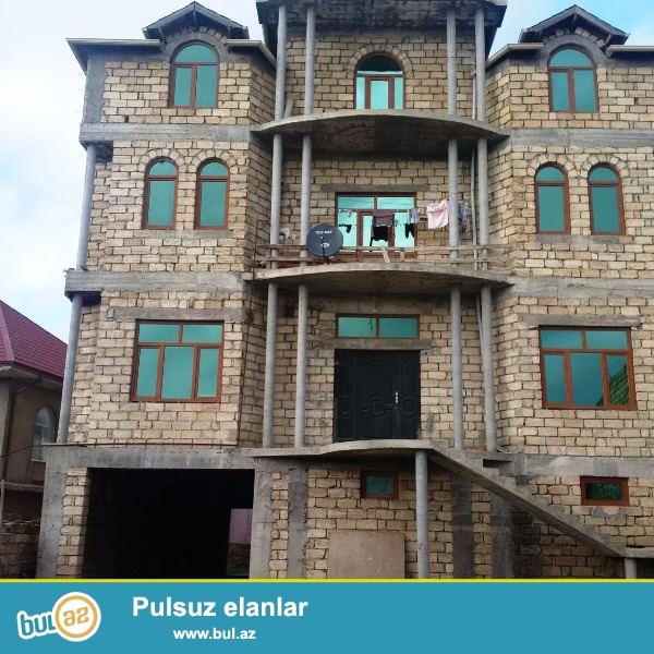 Satılır Varovski (İcra hakimiyyətindən  6 mkr tərəfə 1 km arali) 8 sotun içində tikilmiş 4 mərtəbli villa...