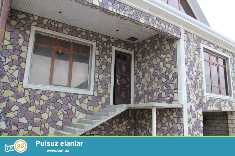 Zabrat 1 qəsəbəsində yola yaxın 2.5 sot torpaq sahəsində qoşa daşlı,kürsülü,sahəsi 150 kv mt olan 6 otaqlı ev satılır...