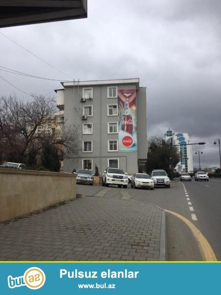 Экологически благоприятный район на проспекте Тбилиси, около Чыраг плаза, напротив отель Европа, прямо у дороги продается  2-х комнатная квартира, 4-ий этаж 5-ти этажного дома, просторные, светлые комнаты, хороший ремонт, полы паркет, окна и двери заменены, встроенная кухонная мебель...