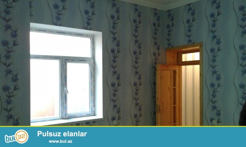 Binqədi Rayonunda ümumi 2 sotda 7 daş kürsülü 3 otaq təmirli ev satılır. Evin içində və həyətin samuzeli  var...