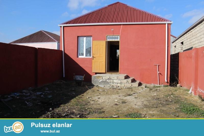 Ramanada yola məktəbə yaxın yerdə 2.5 sot torpaq sahəsində sahəsi 100 kv mt olan 3 otaqlı ev satılır...