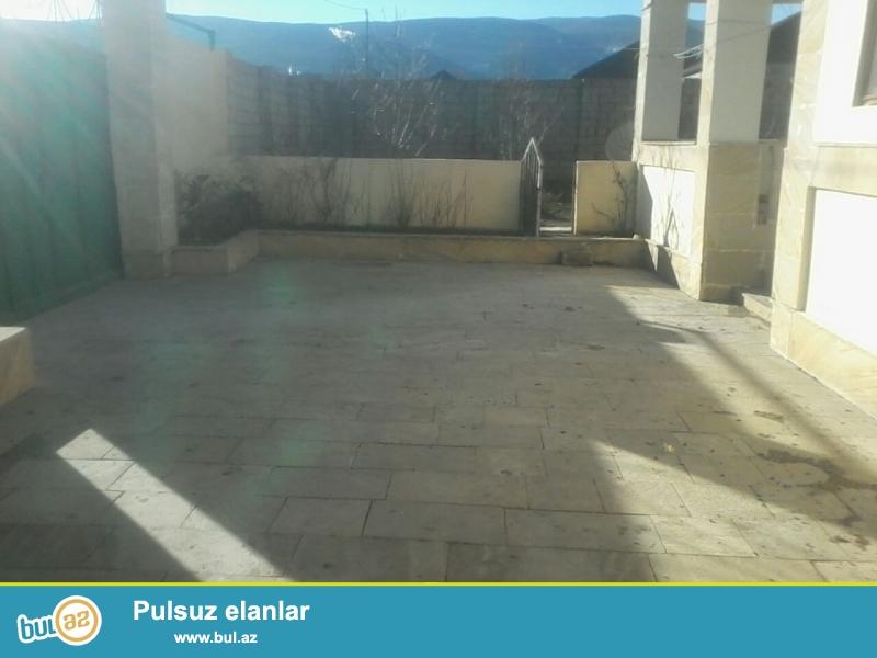 Xızı rayonu ,Mərkəzə yaxın,Otelə gedən yolda,6 sot torpaq sahəsində,ümumi sahəsi 156 kv...