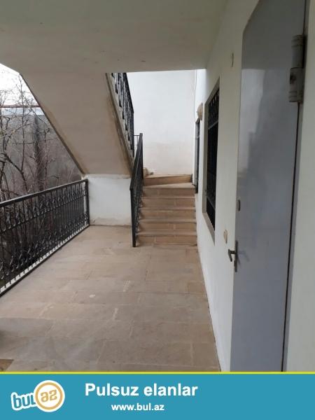 Yeni Yasamalda 7 sot torpagin ichinde 3 heyet evi ve 1 obyekt movcuddur...