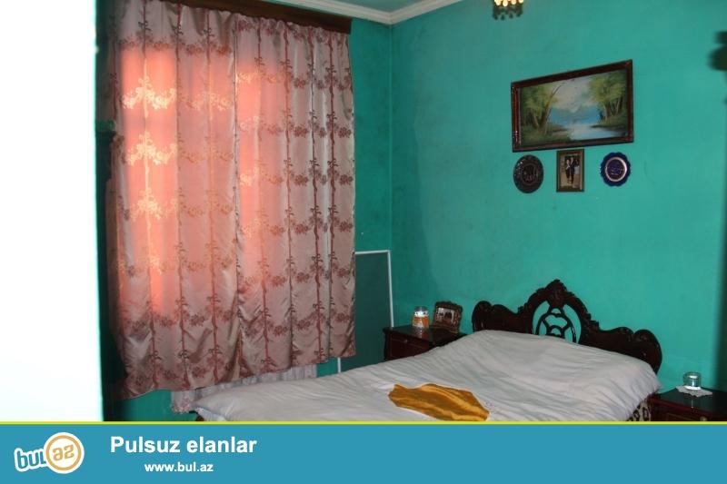 Ramanada  163 nöm marşuruta 50 60 mt məsafədə ümumi sahəsi 90 kv mt olan 3 otaqlı ev satılır...