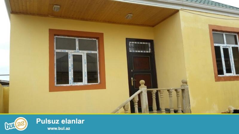 Zabratda yola yaxın yerdə 2 sotda qoşa daşlı kürsülü ümumi sahəsi 100 kv mt olan 3 otaqlı ev satılır...