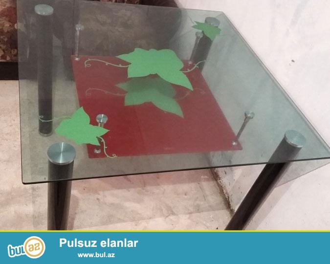Şüşədən masa.Türkiyyə istehsalıdır.Qiyməti 80 manat...