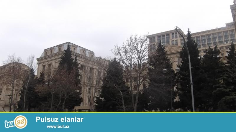 ЭКСКЛЮЗИВНАЯ ПРОДАЖА.<br /> В центре города - недалеко от «5 MƏRTƏBƏ» и м/с «НИЗАМИ» продаётся полноценная 3-х комнатная квартира...