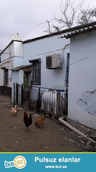 Zabrat 1 qəsəbəsində yola yaxın  məsafədə,marşuruta 100 mt aralıqda qoşa daşlı kürsülü ümumi sahəsi 70 kvmt olan 3 otaqlı ev satılır...