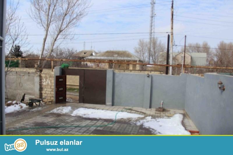 Zabratda QAİ nin arxasında yola marşuruta yaxın yerdə 2 sotda kürsülü,qoşa daşlı,sahəsi 120 kv mt olan 4 otaqlı ev satılır...