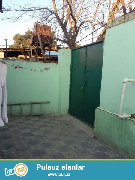 Zabrat 2 qəsəbəsində  yola yaxın yerdə 1.7 sot torpaq sahəsində qoşa daşla tikilmiş,7 daş kürsülü,ümumi sahəsi 80 kv mt olan 3 otaqlı ev satılır...