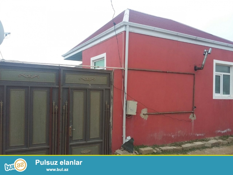 Zabrat 1 qəsəbəsində marşuruta 300 mt məsafədə 1 sotda 5 daş kürsüdə sahəsi 60 kv mt olan 2 otaqlı ev satılır...