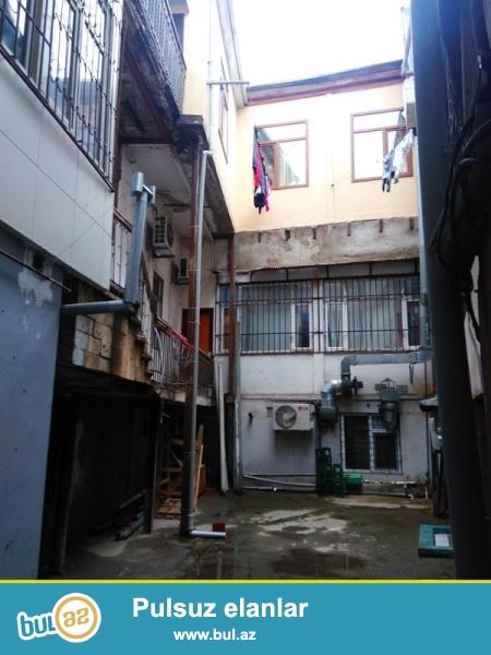 Şəhərin mərkəzində Axundov bağının yanında İtalyan layihəli binada 4 otaqlı orta təmirli mənzil satılır...