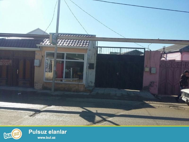 Zabrat 2 qəsəbəsində marşurut yolunun tam üstündə  5 sot torpaq sahəsində 4 daş kürsüdə 4 otaqlı ev satılır...
