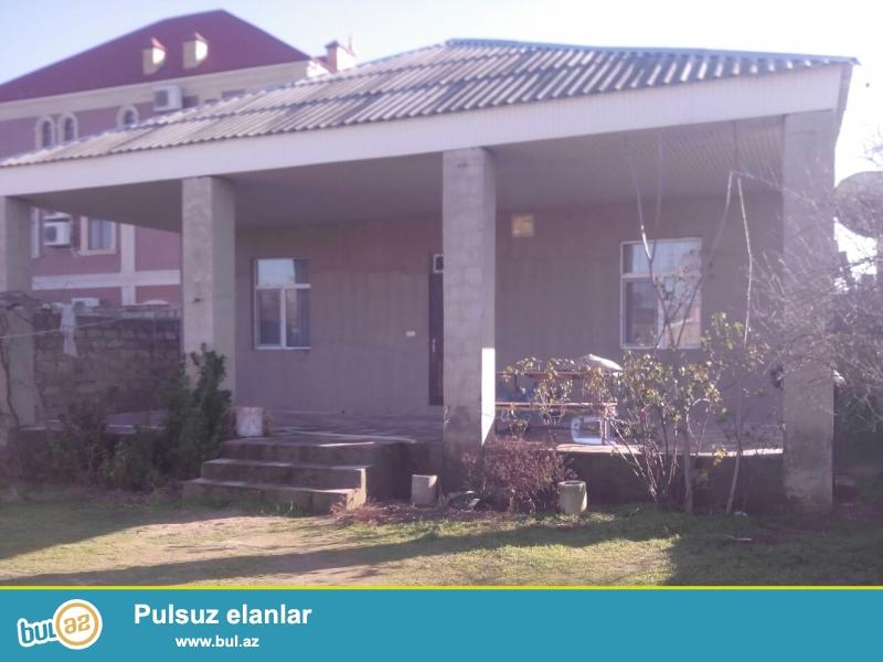 Maştağa qəsəbəsində Tavaylıq yolunun üstündə yola yaxın  yerdə  4 sot torpaq sahəsində  qoşa daşlı,kürsülü,ümumi sahəsi 120 kv mt olan 4 otaqlı ev satılır...