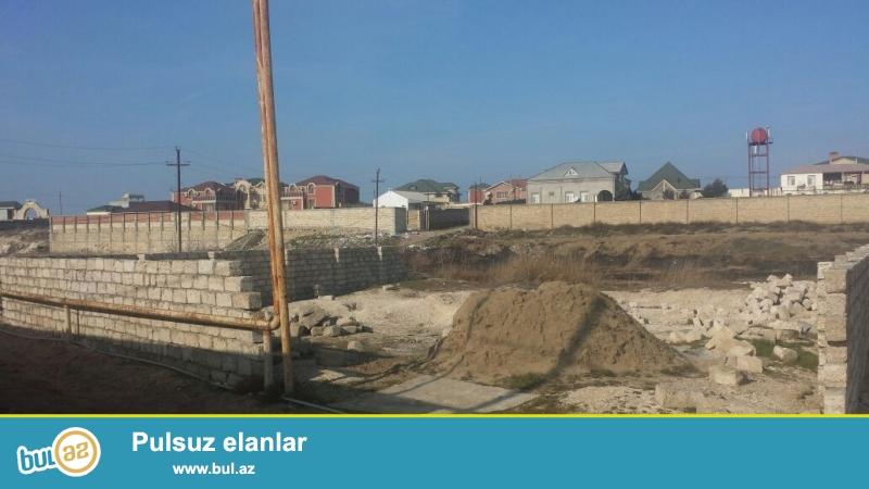 Pirşağı qəsəbəsində dəniz kənarında 300m yaxın daş hasarlı 7sot torpaq satılır
