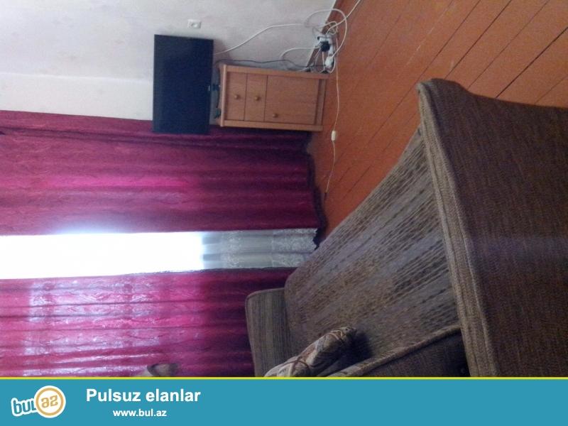 Krim.Resbublikasi  .Feodosiya seherinen 20 km  aralida yerlesen Zalatoy polyanin merkezinde , bina evi  2 otaqli, tam temirli  ,yaninda mekdeb ve usaq bagcasida var...
