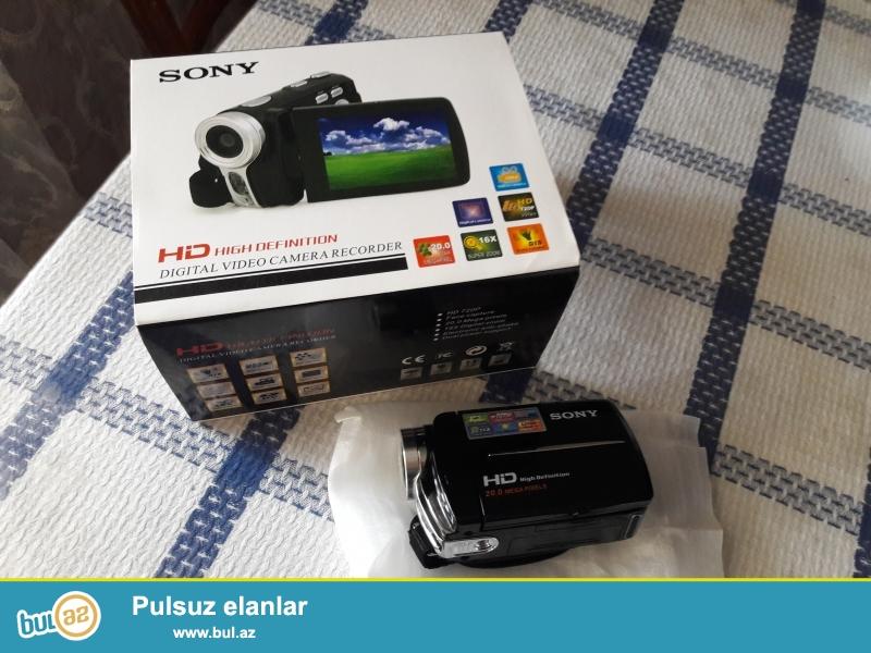 Videokamera tezedir. Koropkasi ve butun aksesuarlari (Adapter, USB shunur, Televizor ile elaqe shunuru, kamera kovrasi) var...