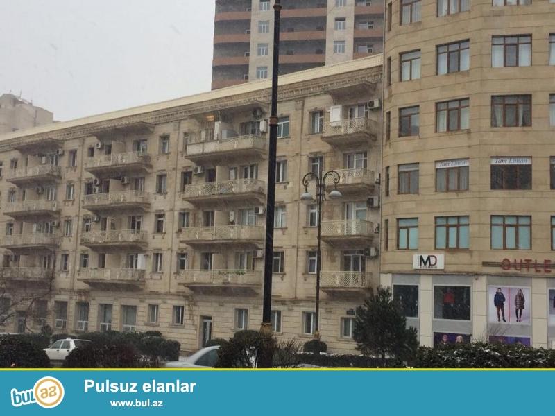 В элитном районе города на проспекте Строителей, около бывшего магазина «ОЛИМП» продаётся 3-х  комнатная квартира...