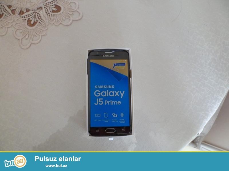 Salam hamıya <br /> Samsung galaxy j5 prime satılır <br /> Paramertlər <br /> Kamera: 13mp arxa ön 5mp<br /> Yaddaş və ram: 16gb 2gb(ram)<br /> BARMAQ izi də var <br /> ORginal və işlənməmiş telefondur <br /> Barter olunmur yalnız satılır, alındığı gündən heç bir gün olsun işlənməyib pul lazım olduğuna görə ucuz satıram <br /> Dükandakı ilə fərqlənmir isdənilən yerdə yoxlaya bilərsiz plonkası belə üstündədir<br /> Samsung kağızı var problem olsa Garantiya verir<br /> Üzərində adapter,nauşnik və karopka verilir<br /> Nömrə belə taxılmayıb Hərbirşeyi var plonkada telefondur(upakofkadadır) Bakıdadır <br /> Kim alsa onun adına registrasia olunacaq<br /> BARTER və QİYMƏTƏ görə narahat eləməyin sondur<br /> Vaxtı ikən 600 manata yaxın pula aldım Samsungdan orginal <br /> 380 Manata satıram yənədə xatırladıram ki qiymət sondur <br /> Mağazada kreditlə 700-800ə çıxır bu qiymət uyöundur bu səviyyədə telefona <br /> Ciddi şəxs buyurub narahat edə bilər