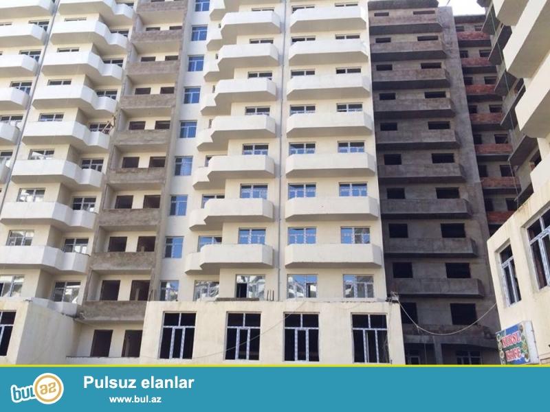 Xırdalan şəhəri Bakı-Sumqayıt yolunun üstündə inşaa olunmuş AAAF inşaata məxsus binada skvaznoy mənzil satılır...