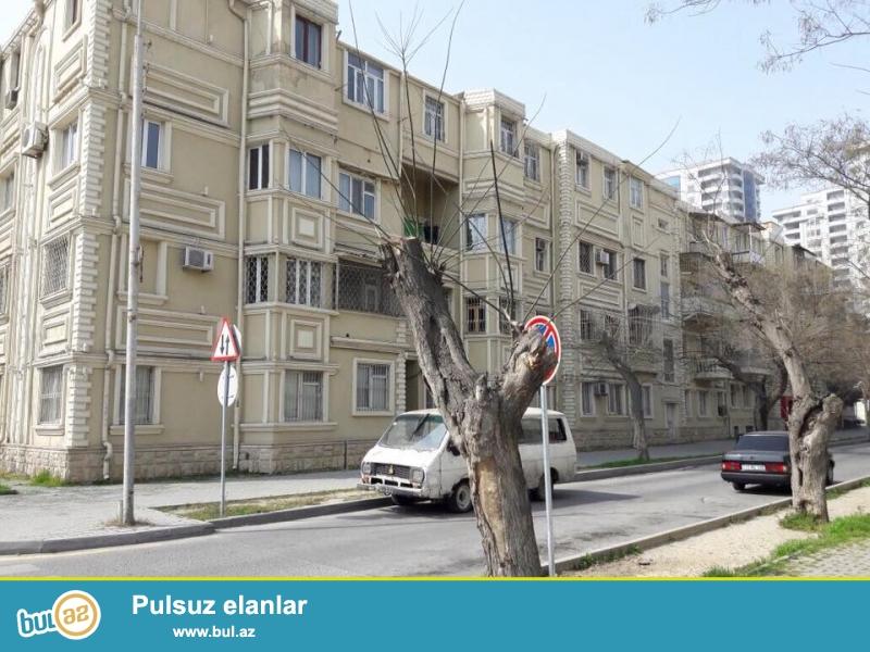 В самом элитном районе, на проспекте Вагиф, недалеко от парка Коала продается 2-х комнатная квартира, немецкий проект, каменный дом, 4/2, средний ремонт...