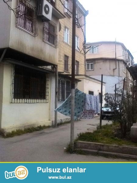"""Satılır """"Leyla Şıxlınskaya"""" klinikasının yanı üzbəüz  stalinka layihəli binada  2 otaqlı mənzil..."""