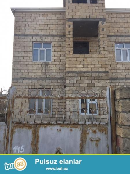 Cox tecii Masazirda, Mərkəzden 2 deqiqelik yolda  2 sot yarimda  330 kv metrlik 7 otaqlı 3 mərtəbəli heyet evi...