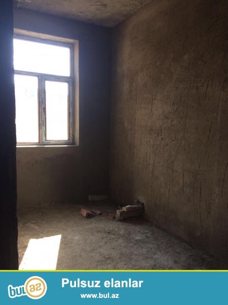 Xırdalan şəhəri AAAF park yaşayış kompleksinin girişində yol kənarında inşaa olunan binada qanunu 2 otaqlı mənzil satılır...
