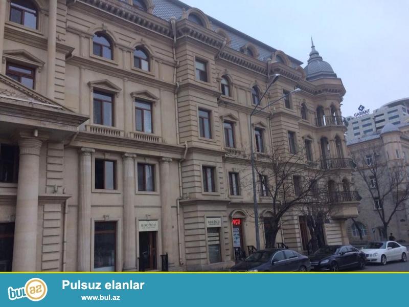 В спокойном и экологически-чистом уголке Баку на улице Бакыханова, напротив «посольства Турции» продаётся 4-х комнатная квартира площадью 175 кв...