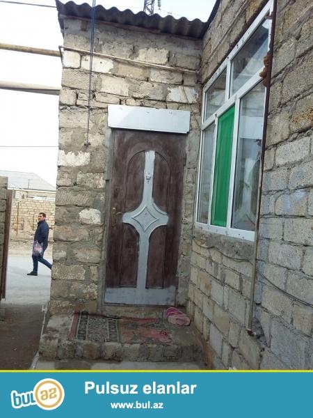 Zabrat 1 qəsəbəsində  198 nöm marşurutun tam yolunun üstündə  1 sot torpaq sahəsində 5 daş kürsüdə ümumi sahəsi 80 kv mt olan 3 otaqlı ev satılır...
