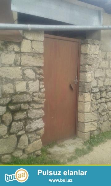 Maştağa qəsəbəsində parkın yanında yola yaxın yerdə  1 sot torpaq sahəsində  qoşa daşlı kürsülü,ümumi sahəsi 70 kv mt olan 2 otaqlı ev  satılır...