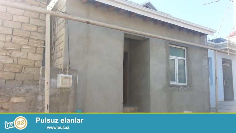 Ev Baki seheri Bineqedi rayonu Bineqedi qesebesinde Avtobus dayanacagidan 10 metr aralida yerlesir...
